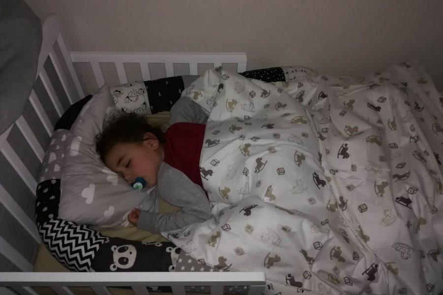 יהונתן פולק ישן במיטה שלו